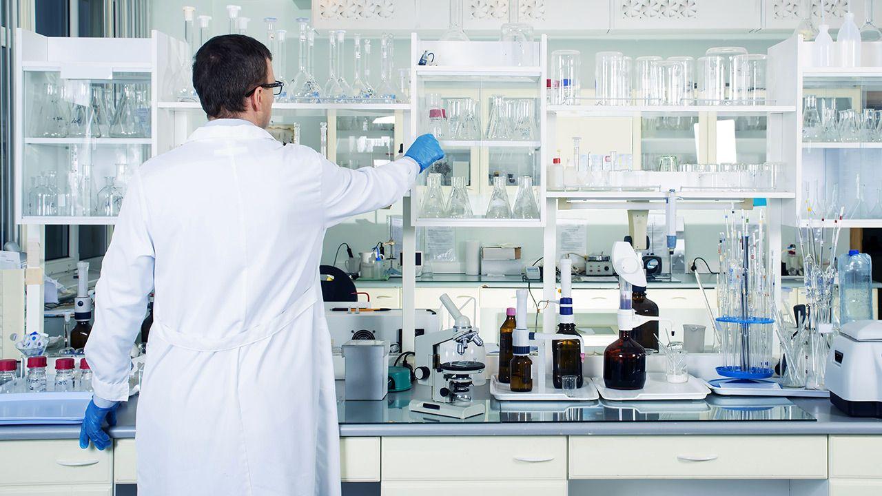 Brytyjski regulator leków stwierdził, że szczepionka jest nadal bezpieczna (fot. Shutterstock)