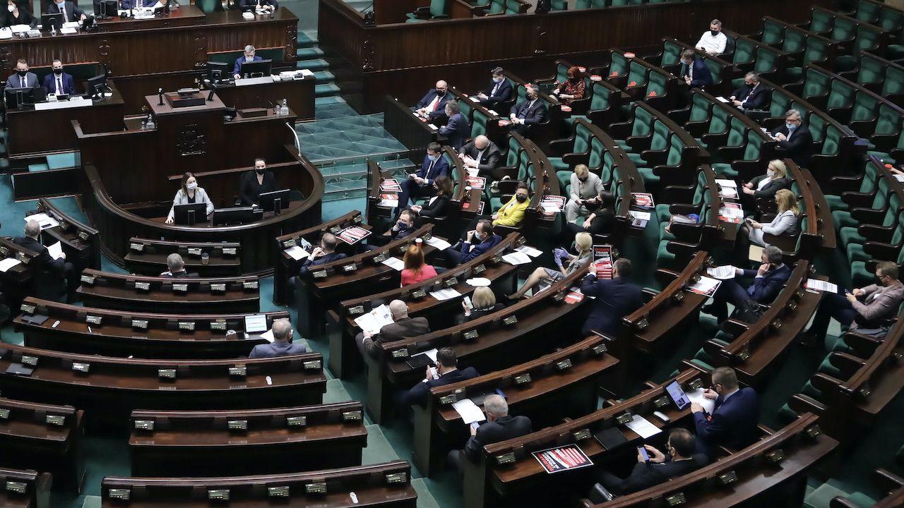 Z badania wynika, że większość wyborców opozycji oczekuje głosowania za ratyfikacją Funduszu Odbudowy (fot. PAP/Wojciech Olkuśnik)