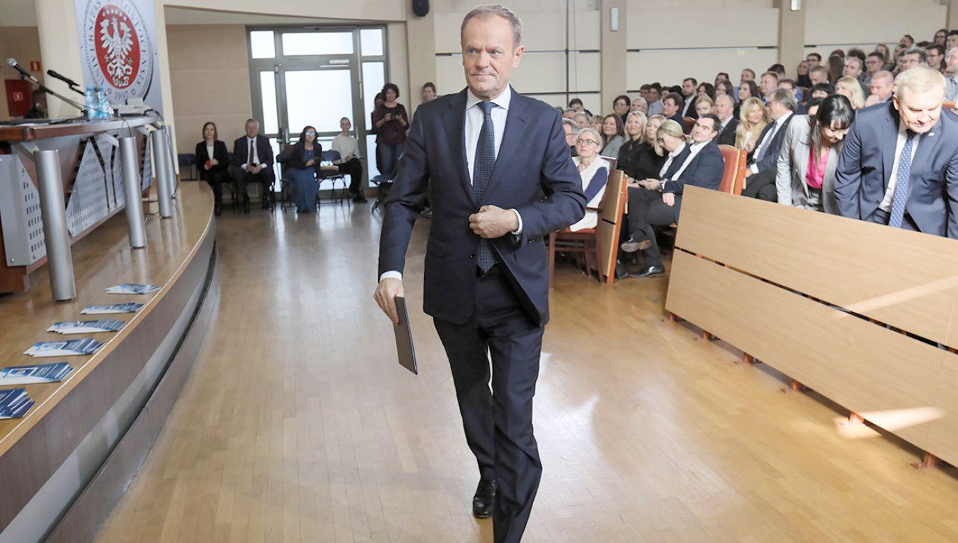 Odkąd ruszyła na dobre bieżąca kampania coraz mocniej odnieść można było wrażenie, że Tusk z bezpiecznej odległości gra tym razem nie na jednego, a na troje kandydatów, wychodząc z założenia, że któremuś z tej grupy może się udać, lecz wciąż nie wiadomo, któremu (fot. PAP/Artur Reszko)