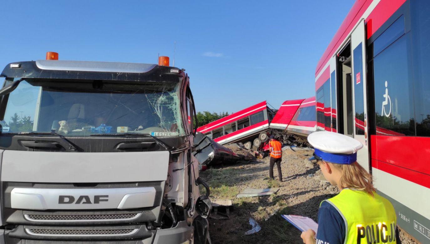 Samochód ciężarowy na przejeździe kolejowym w Kołbaskowie wjechał pod pociąg (fot.TT/Piotr Tuzimek)