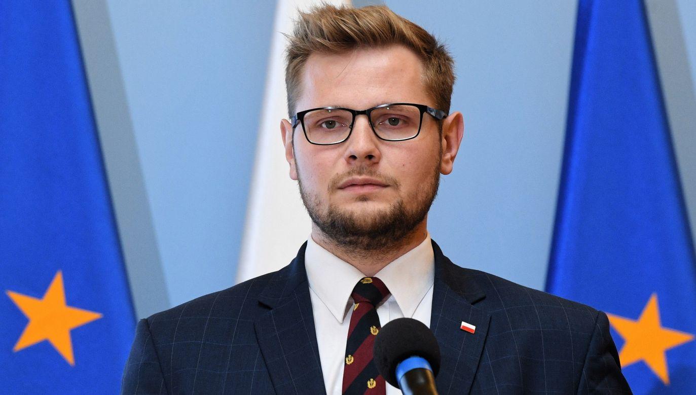W piątkowym wpisie na Twitterze minister Woś przekazał, że wirusa ma także jego żona i córka (fot. arch. PAP/Radek Pietruszka)