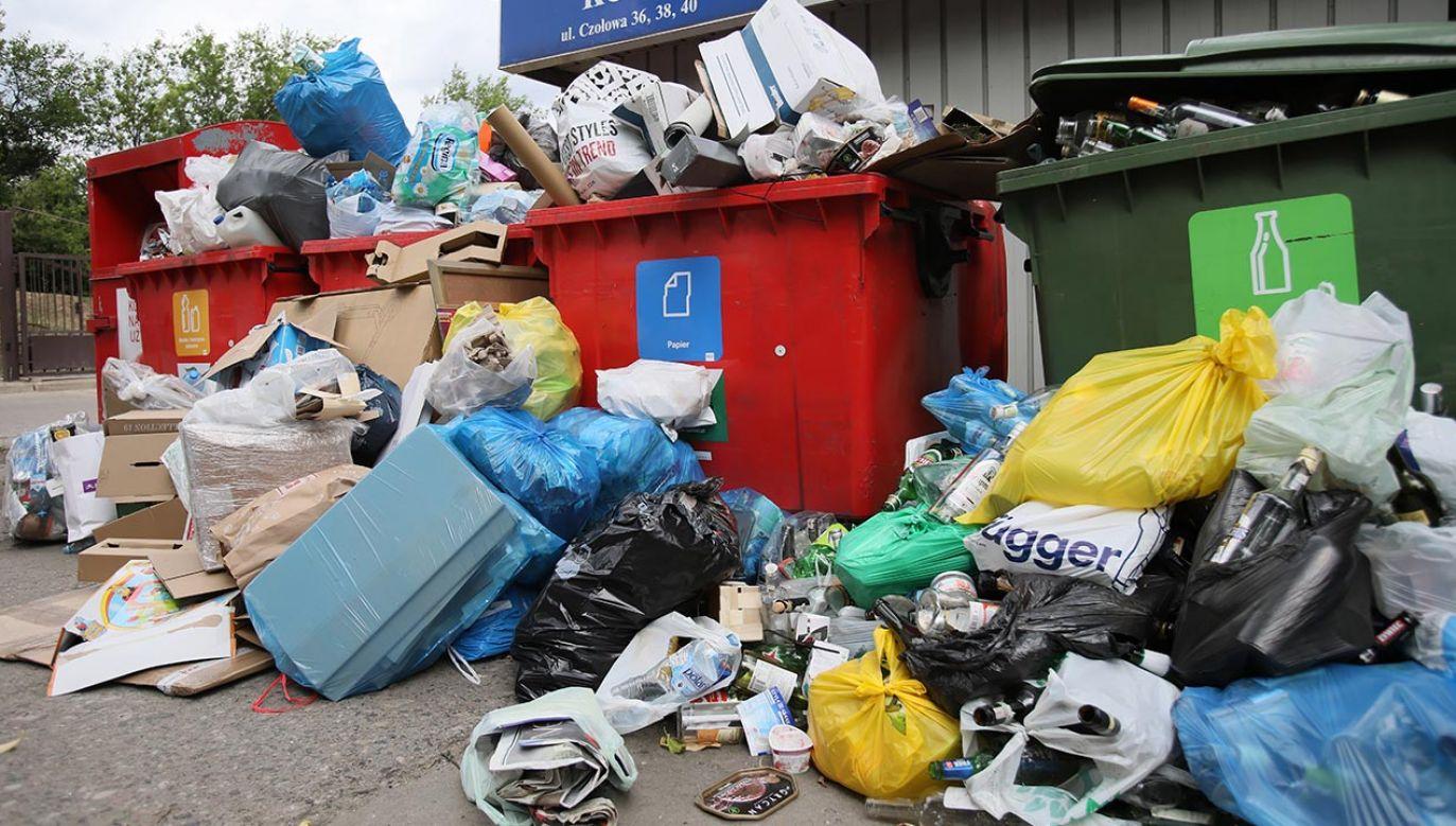 W Radiu Dla Ciebie stołeczny radny KO Piotr Żbikowski odniósł się także do budzących spore kontrowersje nowych opłat za śmieci w Warszawie (fot. PAP/Leszek Szymański)