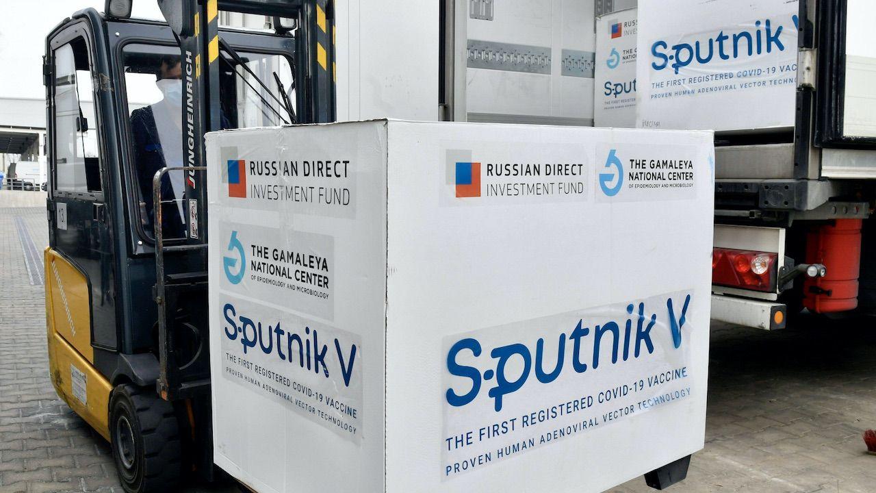 Tropimy nieprawdziwe informacje na temat polskich zakupów dot. szczepionek (fot.PAP/EPA/Zoltan Mathe)