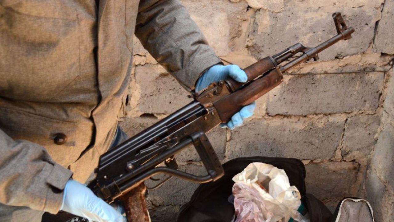 """Broń należąca do gangu """"Szkatuły"""" (fot. policja)"""