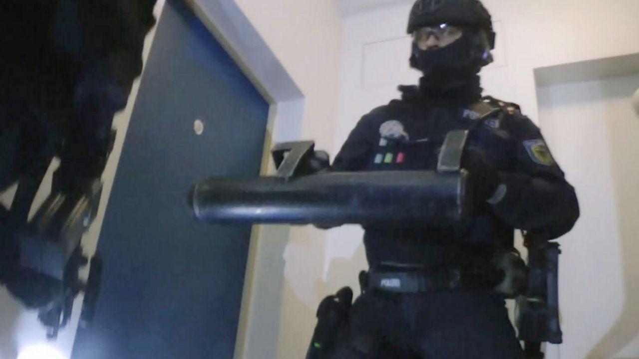 """Rzecznik policji, poproszony o komentarz, powiedział, że chodzi o """"robocze materiały na potrzeby codziennego raportowania"""" (fot. PAP/EPA/JEAN-CHRISTOPHE BOTT)"""