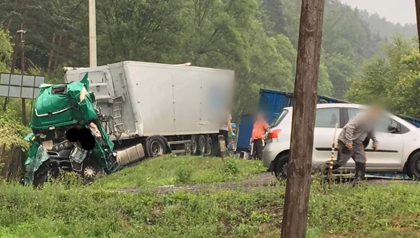Do wypadku doszło w trakcie wymijania na łuku drogi (fot. FB/@112malopolska)