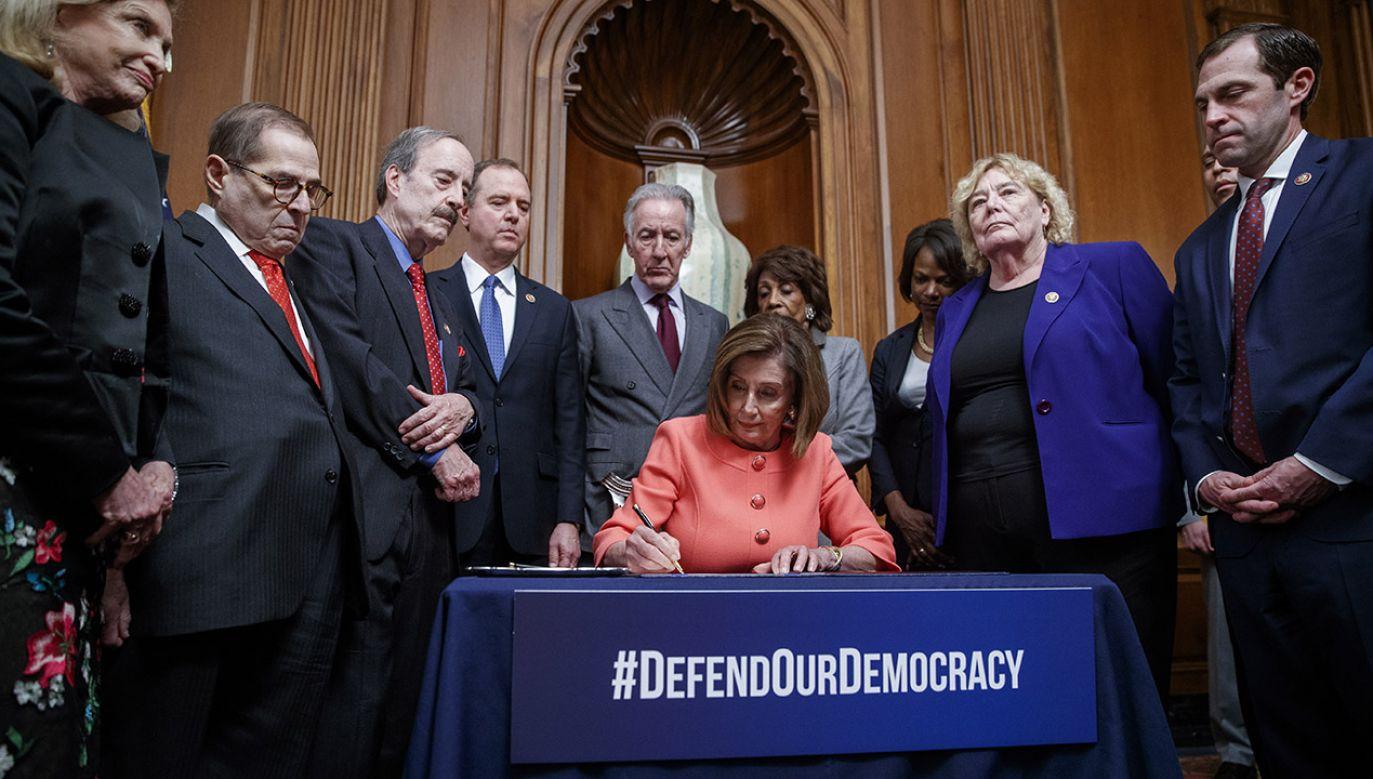 Akt oskarżenia przewodnicząca Izby Reprezentantów Nancy Pelosi podpisała 15 stycznia (fot. PAP/EPA/SHAWN THEW)