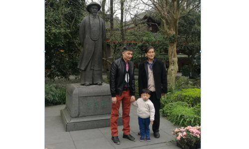 """Pomnik twórcy dania """"kurczak kung pao z orzeszkami"""" Ding Baozhena, który był gubernatorem dynastii Qing w prowincji Syczuan. Statutę ustawiono przy kanale Dujiangyan – części systemu budowli hydrotechicznych na rzece Min Jiang, wpisanego na listę światowego dziedzictwa UNESCO. Fot. RG72 - Own work, CC BY-SA 4.0, https://commons.wikimedia.org/w/index.php?curid=77369191"""
