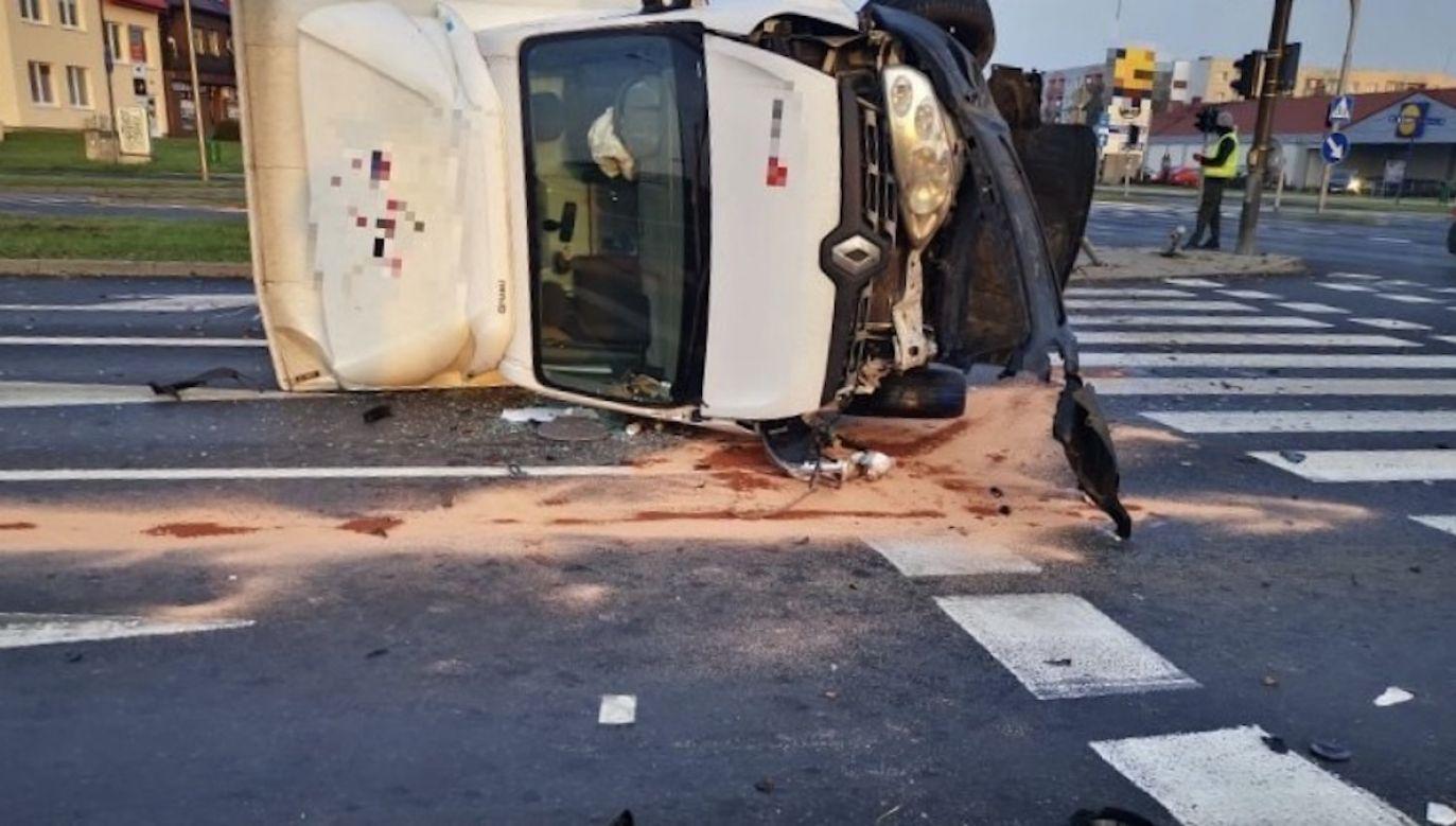 Ciężarówka w wyniku zderzenia uszkodziła dwa sygnalizatory i przewróciła się na bok  (fot. Policja dolnośląska)