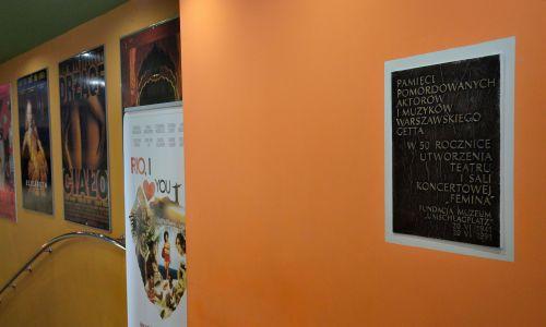 Wnętrzne dawnego Kina Femina w Warszawie. Tablica upamiętniająca artystów getta umieszczona w holu, Wrzesień 2014. Fot. Wikimedia/ Adrian Grycuk