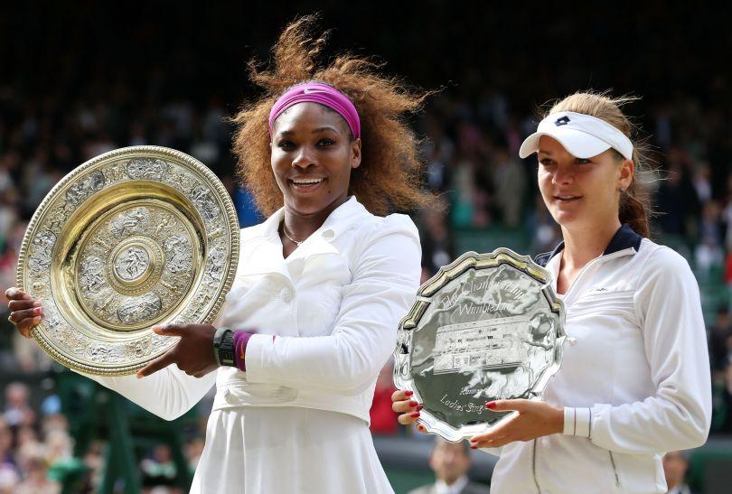 Serena Williams i Agnieszka Radwańska z pamiątkowymi trofeami (fot. Getty Images)