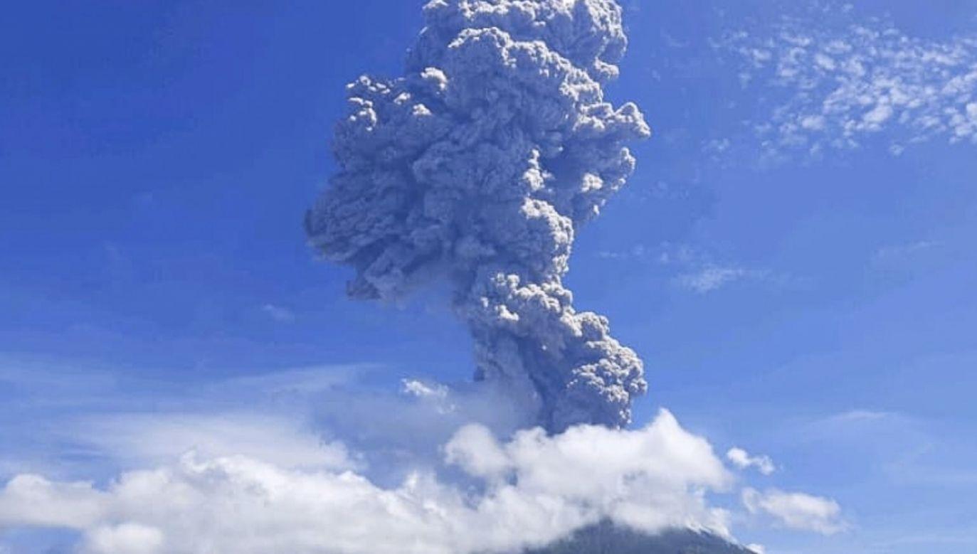 Eksplozja w górze Ila Lewotolok wyrzuciła słup pyłu na wysokość ok 15 km (fot. PAP/EPA/BNPB HANDOUT)