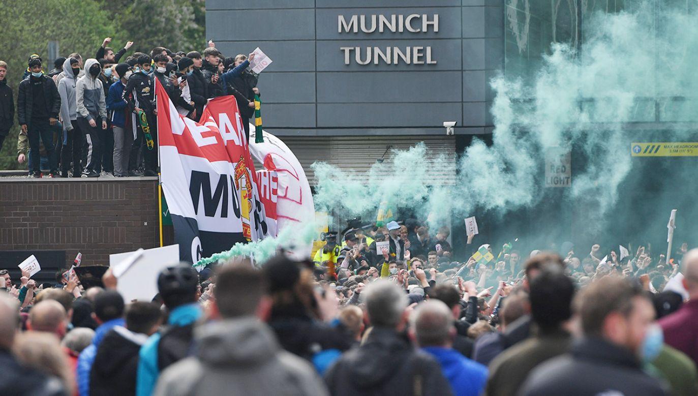 Kibice weszli na murawę jednym z tunelów (fot. Anthony Devlin/Offside via Getty Images)