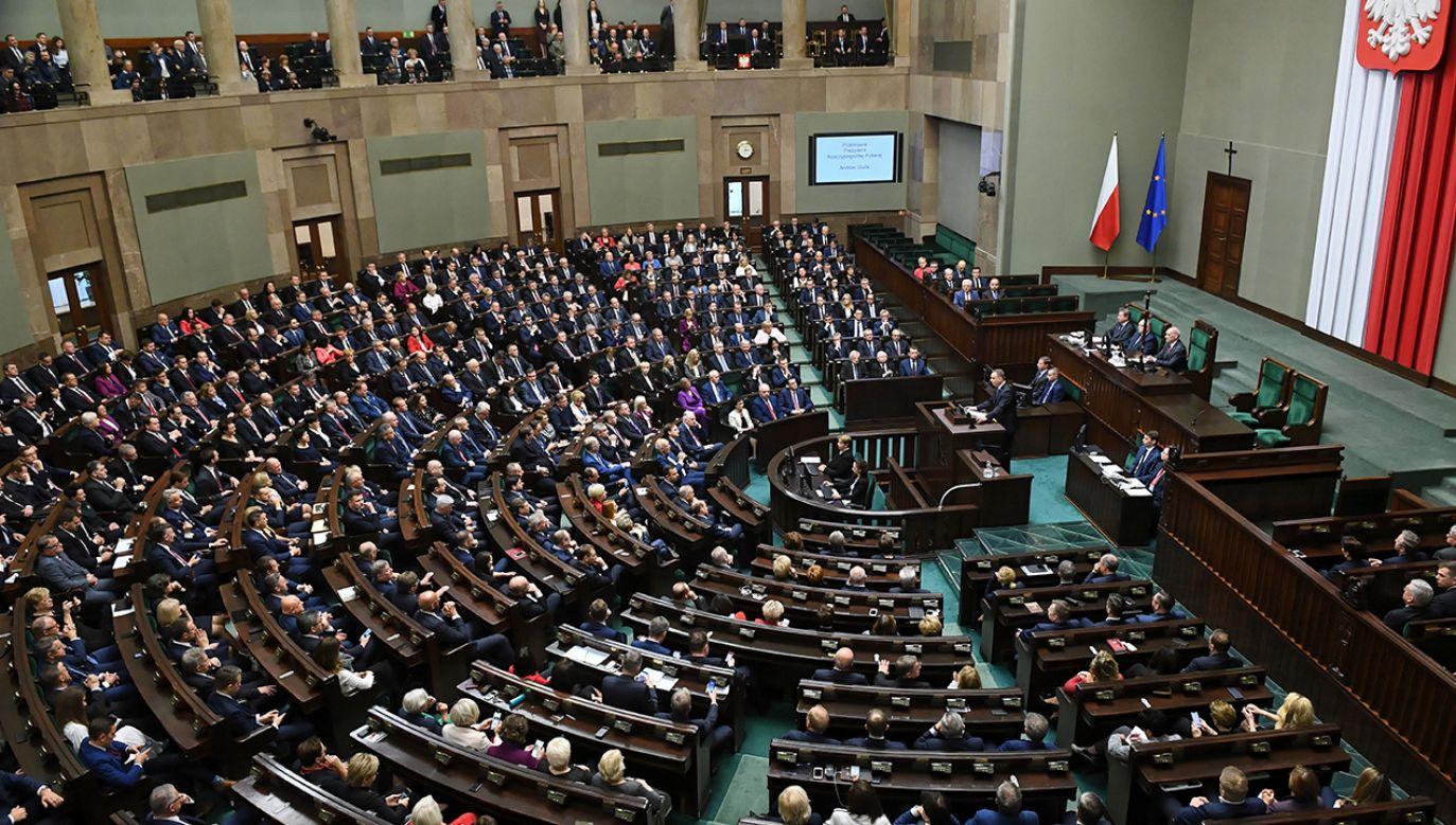 Buczenie podczas wystąpienia premiera, ślubowanie z szalikiem i zdjęcie Lecha Kaczyńskiego w jarmułce - tak politycy opozycji zaczęli nową kadencję Sejmu. (fot. PAP/Radek Pietruszka)