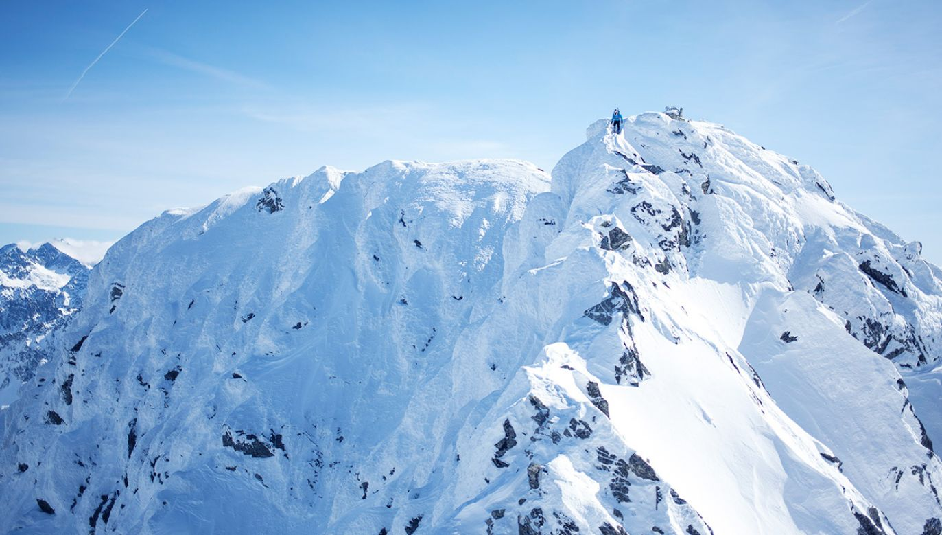 W górach śnieg i lód, pamiętaj o właściwym ubiorze (fot. Maciej Luczniewski/NurPhoto via Getty Images)