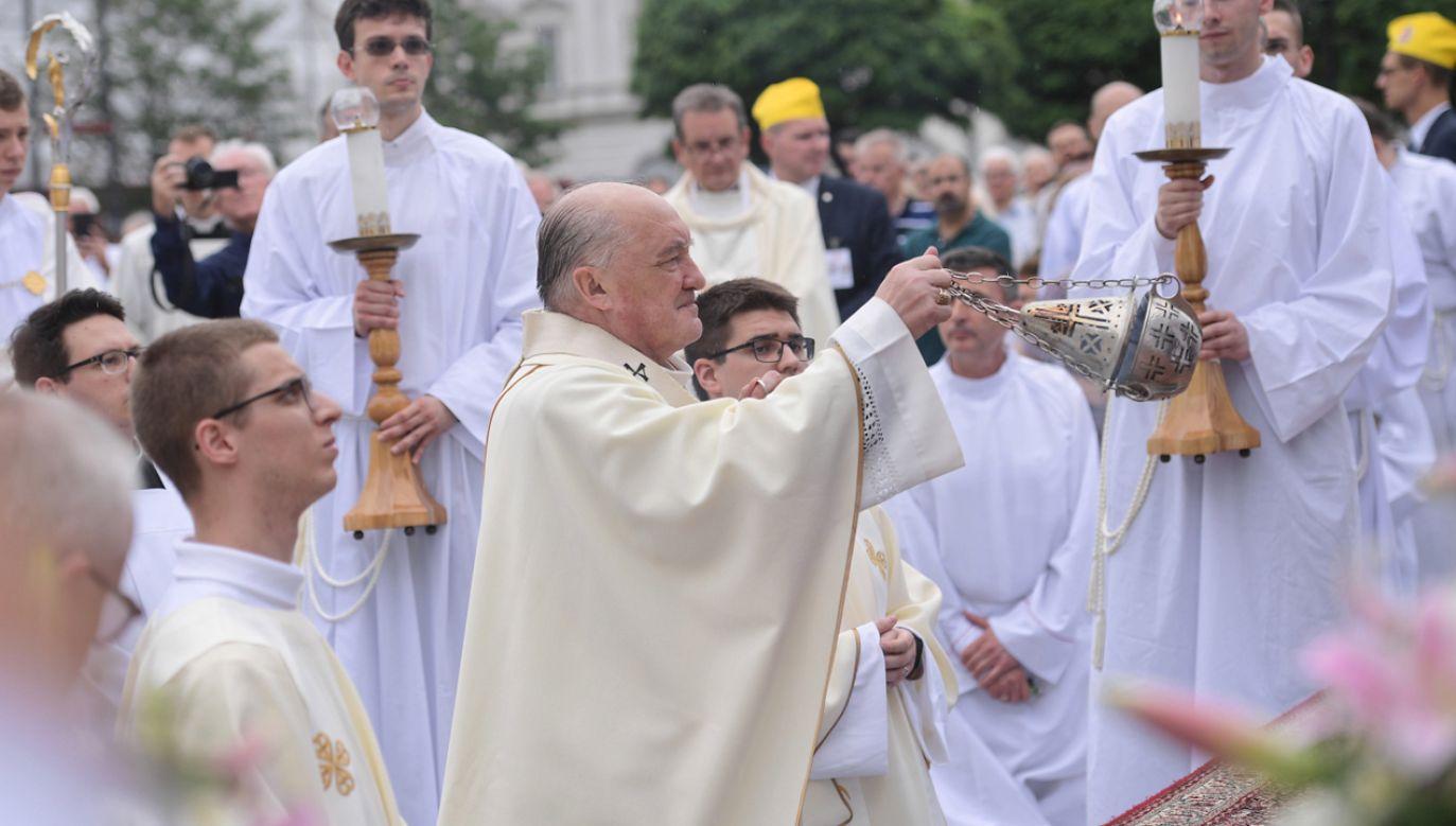 Metropolita warszawski, kardynał Kazimierz Nycz (C) podczas uroczystości Bożego Ciała (fot. PAP/Marcin Obara)