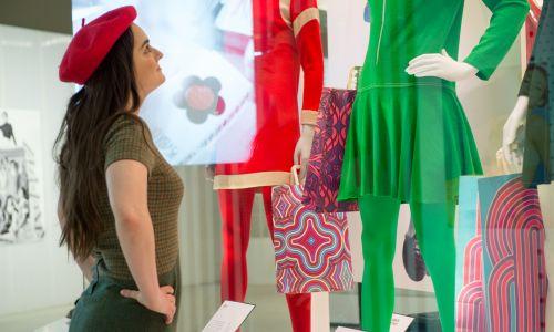 """Wystawa """"Mary Quant"""" w Victoria & Albert Museum w Londynie, sponsorowana przez King's Road, będzie otwarta do 16 lutego 2020 r. Fot. Nicky J Sims / Getty Images"""