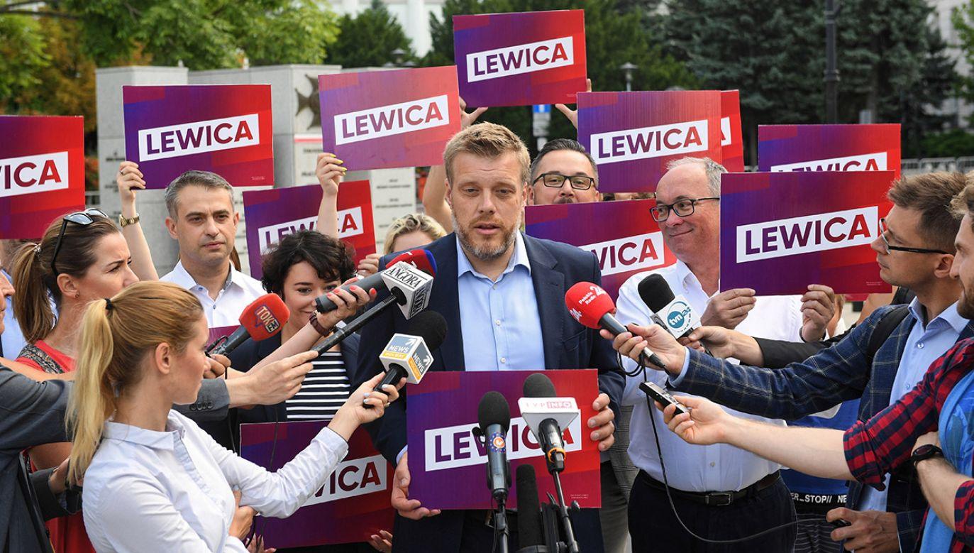 """""""Lewica Razem brnie w profanacje. Głupie i wulgarne"""" (fot. PAP/Radek Pietruszka)"""