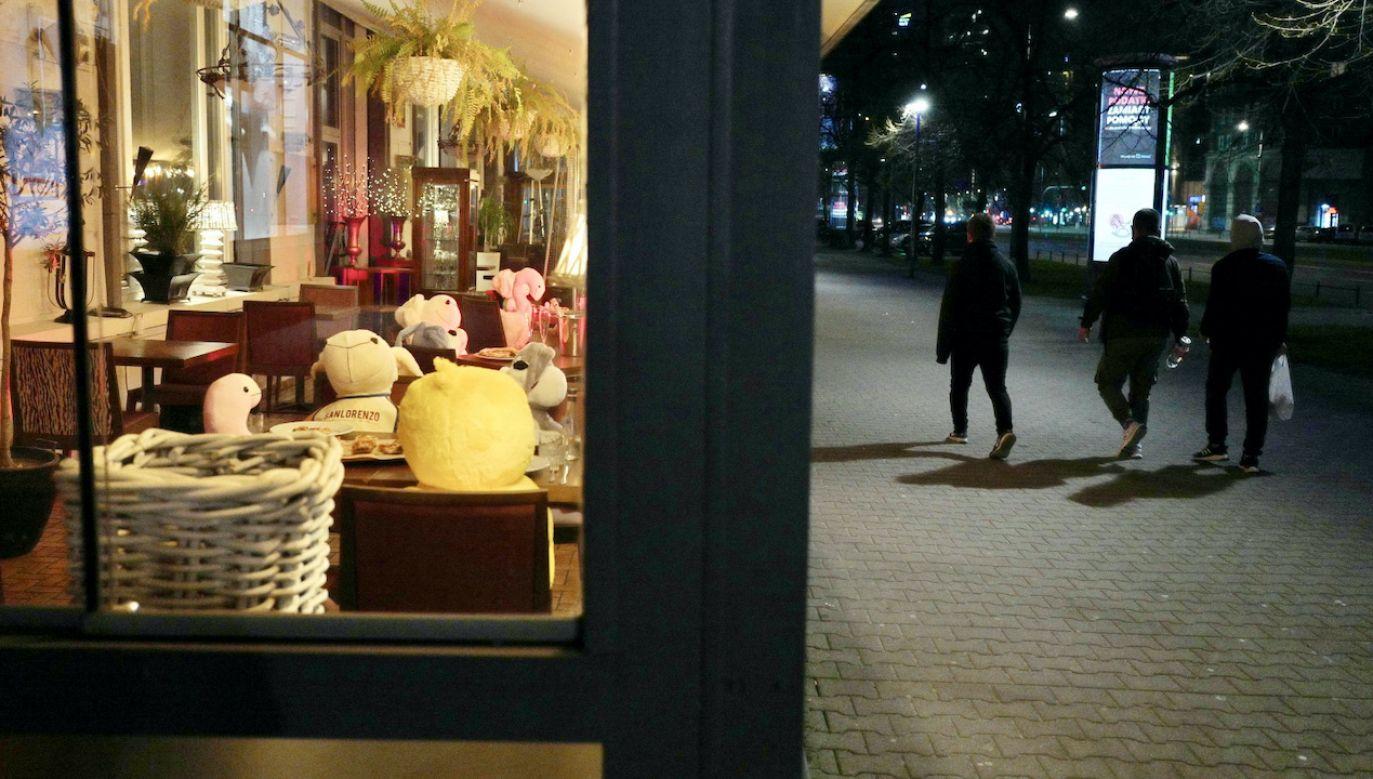 Ogródki w restauracjach pozostanązamknięte (fot. PAP/M.Marek)
