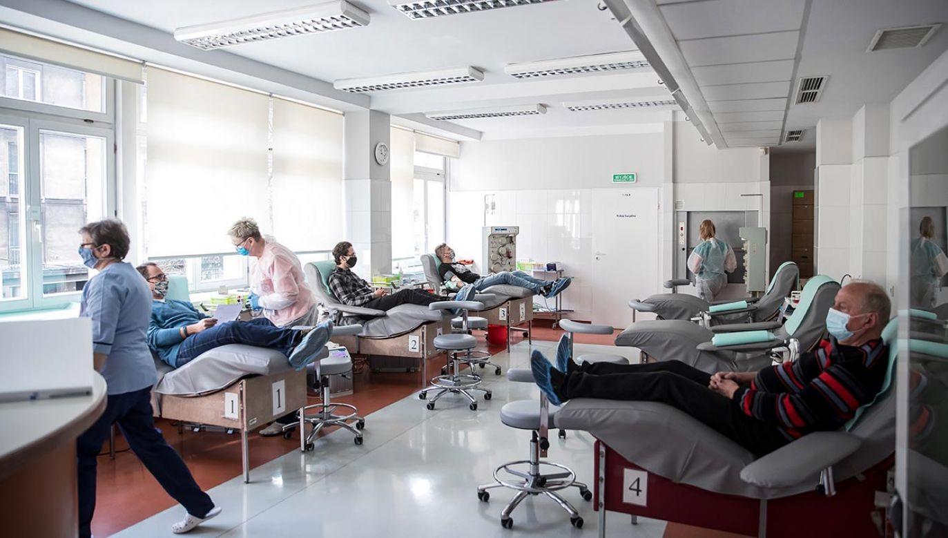 Osocze dla chorych na COVID-19 mogą oddać osoby, które były zakażone SARS-CoV-2 (fot. PAP/Łukasz Gągulski)