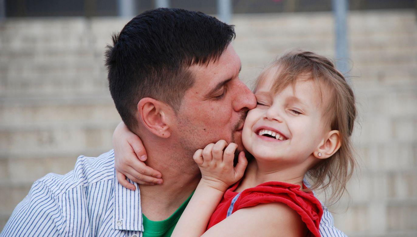 Minister życzyła ojcom, by z dumą i radością pełnili swoje role (fot. pixabay.com/Bob_Dmyt)