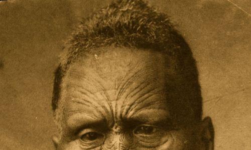 Już w XVII i XVIII w. dzięki rozwojowi żeglugi oceanicznej Europejczycy poznali ludy, u których tatuaż był powszechny i normalny. Niektórzy podróżnicy przywozili przedstawicieli egzotycznych plemion, by pokazywać ich publicznie. Marynarze angielskiego żeglarza Jamesa Cooka nauczyli się od Polinezyjczyków sztuki zdobienia ciał barwnikami. Od nich przejął je w Europie światek przestępczy i tajne organizacje. Na zdjęciu Tawhiao, maoryski król, z tatuażami twarzy. Fot. Hulton Archive/Getty Images