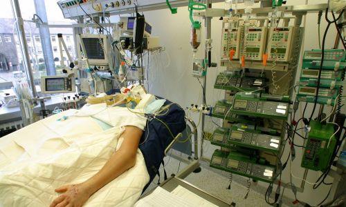 """Czy całego """"stanowiska"""", innymi słowy – łóżka na intensywnej terapii nie nazwać armią robotów? Aparat, który oddycha za pacjenta, dziesiątki zaprogramowanych automatów, które w zadanym tempie wstrzykują określone leki i podają pożywienie oraz płyny, aparat do dializy, mnóstwo czujników kontrolujących stan organizmu…. Fot. Ulrich Baumgarten via Getty Images"""
