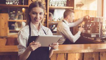 W kieszeniach młodych ludzi zostanie więcej pieniędzy (fot. Shutterstock/Dima Sidelnikov)