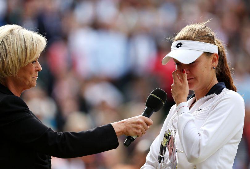 Polka ze łzami w oczach udziela wywiadu (fot. Getty Images)