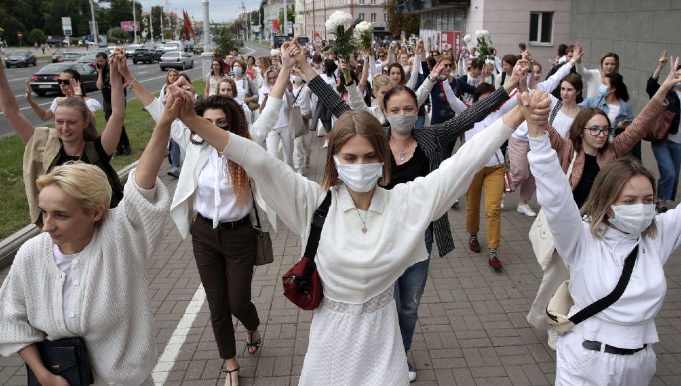 Kobiety podczas wiecu poparcia zatrzymanych i rannych uczestników protestów po wyborach prezydenckich w Mińsku na Białorusi (fot. Misha Friedman/Getty Images) (fot. Misha Friedman/Getty Images)
