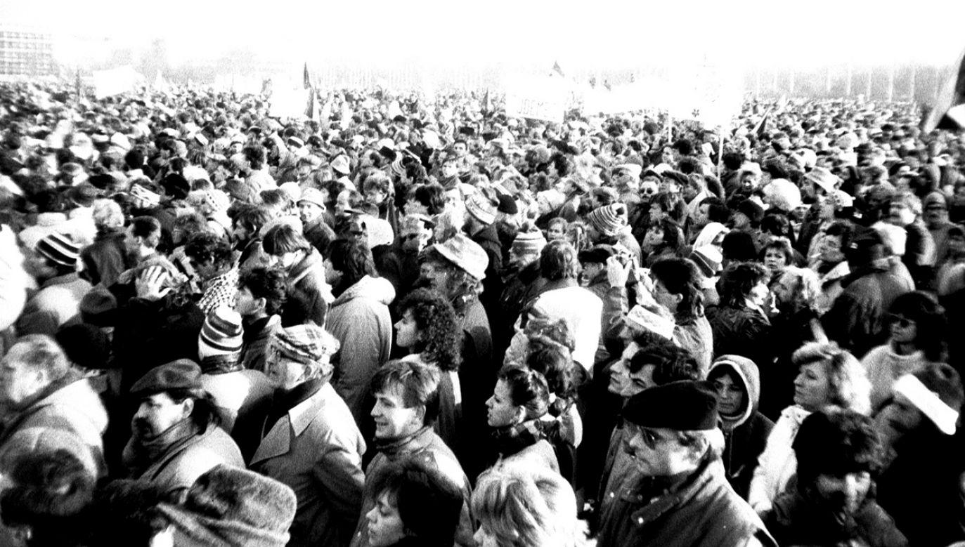 Demonstracja w Pradze – 25 listopada 1989 (fort. Wikimedia Commons/ŠJů)