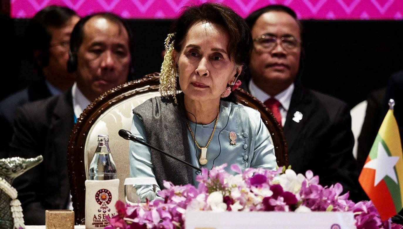 W pozwie padają m.in. nazwiska szefowej rządu Mjanmy Aung San Suu Kyi oraz naczelnego dowódcy sił zbrojnych tego kraju Min Aunga Hlainga (fot. Anton Raharjo/Anadolu Agency via Getty Images)