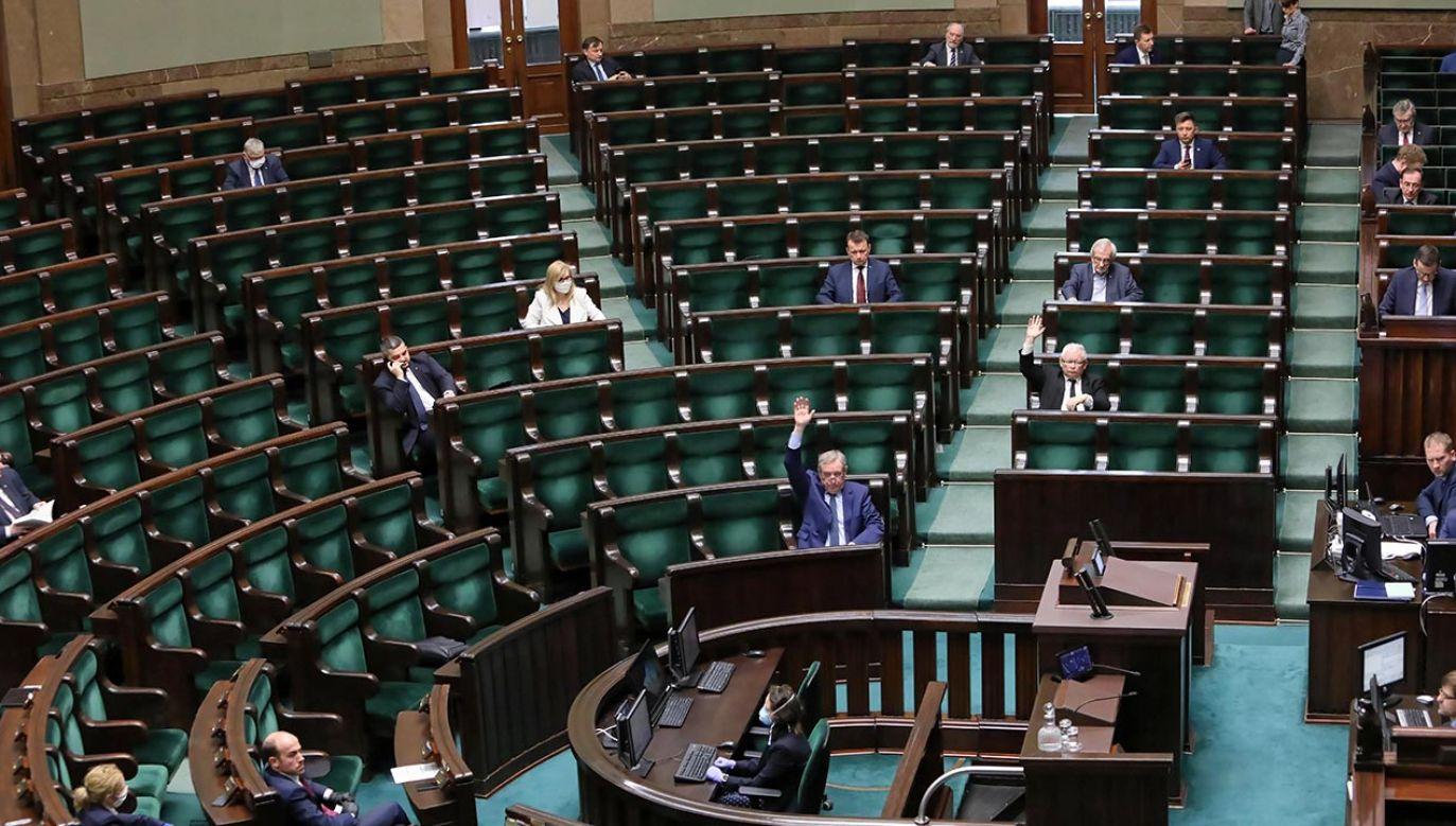 Poseł PiS Krzysztof Sobolewski zapewniał, że wyborca nie będzie musiał podejmować żadnej aktywności, aby uzyskać kartę do głosowania (fot. PAP/Leszek Szymański)