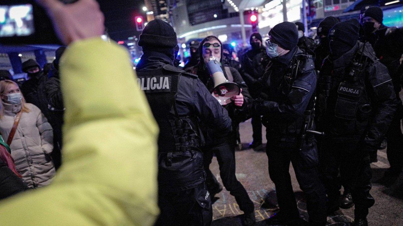 Spisywanie otoczonych policyjnym kordonem demonstrantów trwało do godz. 01:00 w nocy (fot. PAP/Mateusz Marek)