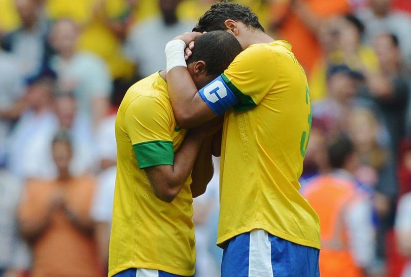 Kapitan Thiago Silva (P) pociesza załamanego Romulo (fot. Getty Images)