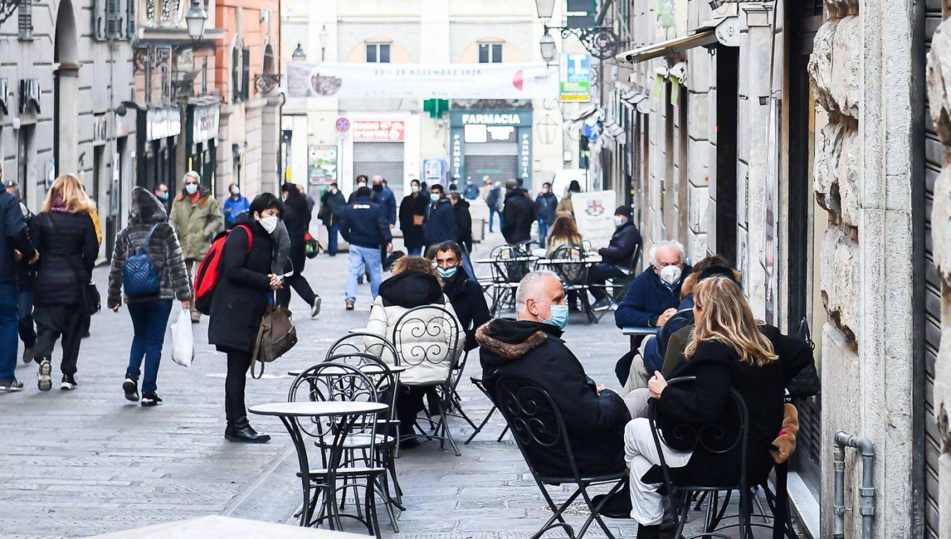 Krzywa zakażeń we Włoszech spada (fot. PAP/EPA/SIMONE ARVEDA)