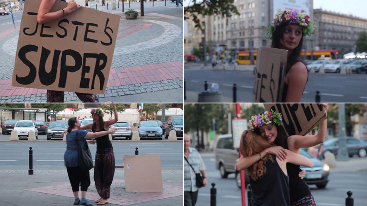 Dziewczyna z tabliczką wzbudzała wiele emocji wśród przechodniów (fot. youtube.com)