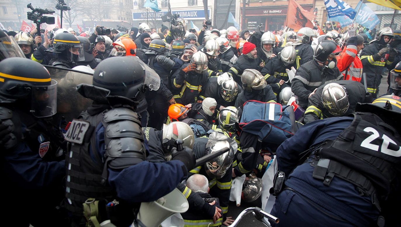 Coraz częściej strażacy padają ofiarą agresji w trakcie interwencji (fot. REUTERS/Charles Platiau)