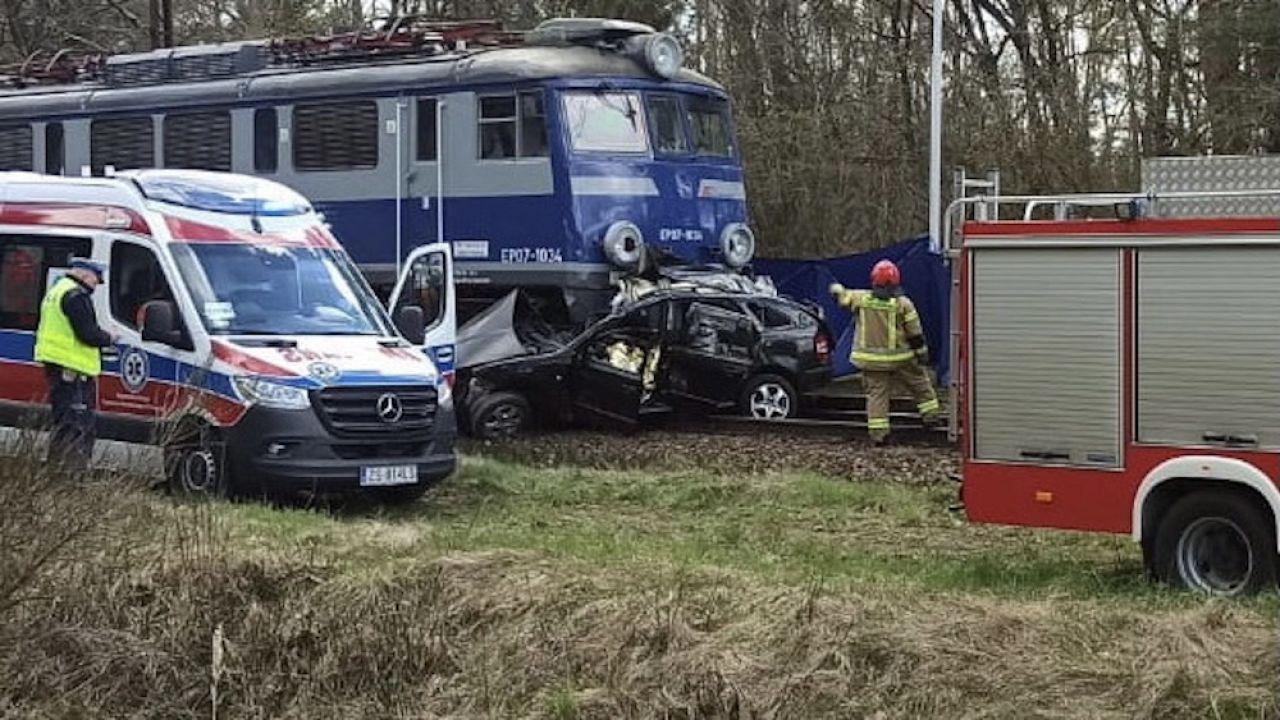 Wypadek na niestrzeżonym przejeździe kolejowym (fot. PAP/KP PSP, zdjęcie ilustracyjne)