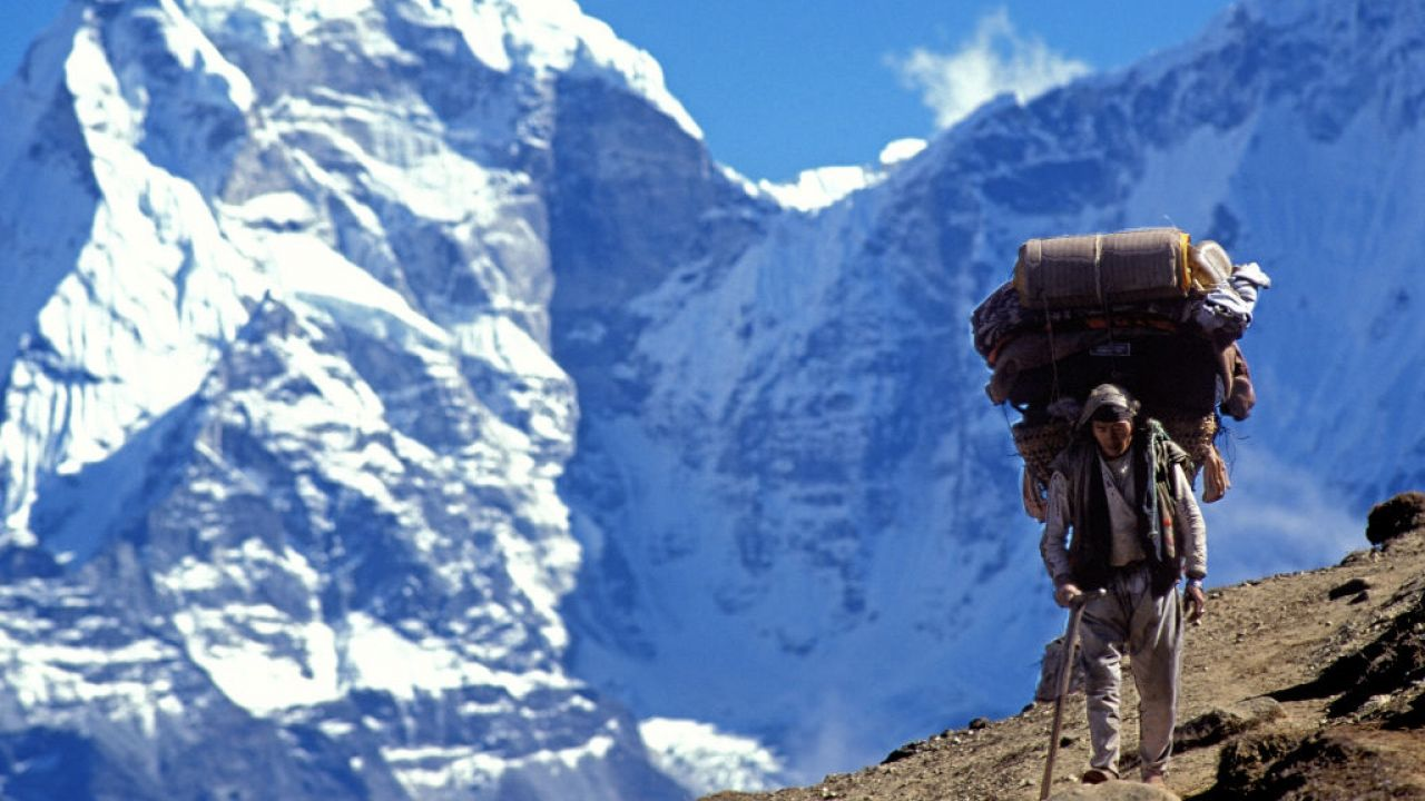 Szerpowie ostatecznie dotarli do obozu IV. 7800 m dziś po południu na K2 (fot. Godong/Universal Images Group/ Getty Images)