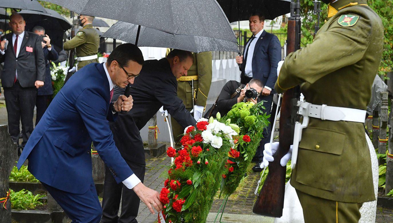 Premier Mateusz Morawiecki udał się na wileńską Rossę, gdzie z premierem Sauliusem Skvernelisem złożył kwiaty przy pomniku polskich i litewskich bohaterów wojny polsko-bolszewickiej (fot. PAP/Radek Pietruszka)