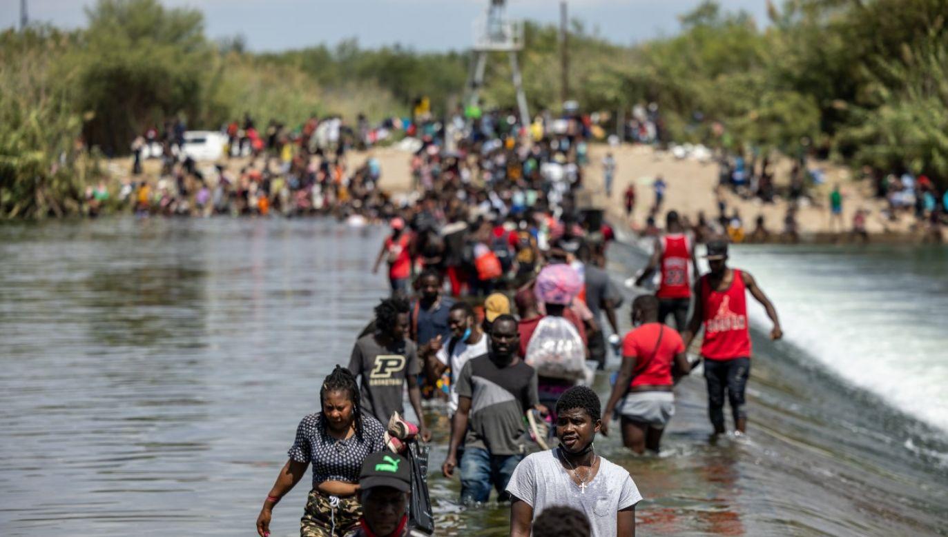 Migranci z Haiti nielegalnie przekraczający granicę miedzy USA i Meksykiem na rzece Rio Grande (fot. Jordan Vonderhaar/Getty Images)