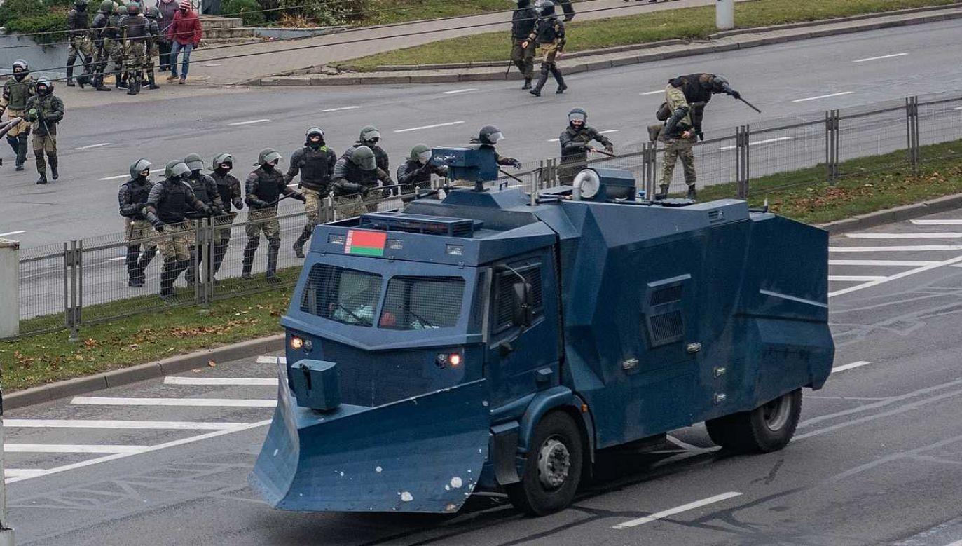 Białoruska milicja tłumy protesty (fot. Wiki 3.0/Homoatrox)
