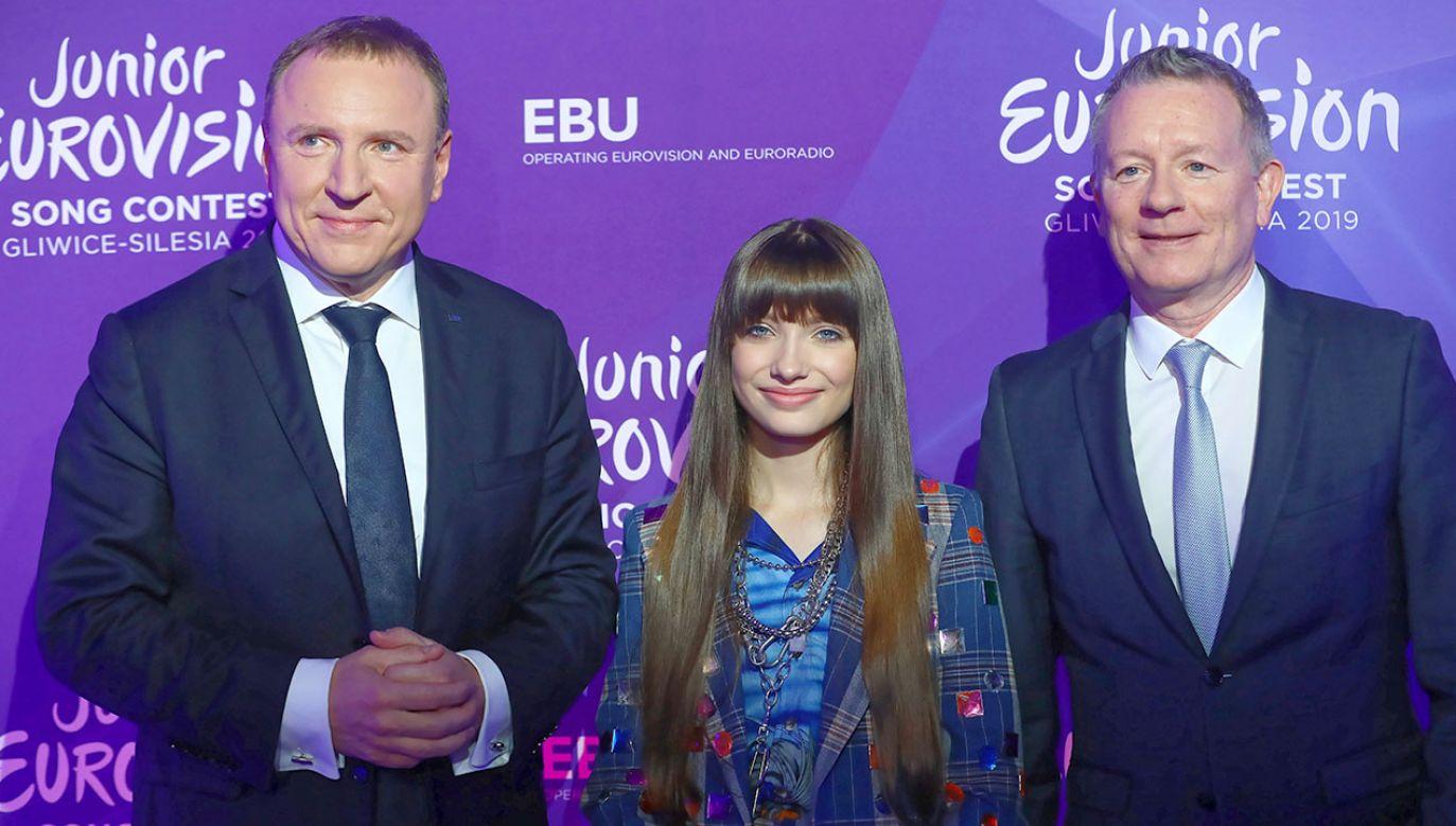 rezes Telewizji Polskiej Jacek Kurski (L), kierownik wykonawczy Eurowizji Jon Ola Sand (P) oraz reprezentantka Polski na Eurowizję Junior - Viki Gabor ( (fot. arch.PAP/Rafał Guz)