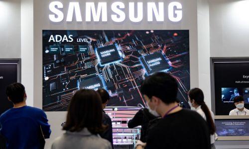 Chińska inwazja na Tajwan to najgorszy wariant. Groźba napaści budzi obawy wszystkich korporacji, które składają zamówienia na Tajwanie.  Nie da się wykluczyć, że coraz więcej firm pójdzie w ślady Tesli, która zrezygnowała z kontraktu z TSMC, aby przenieść się do Samsunga. Stoisko Samsunga podczas SEDEX 2020 (Semiconductor Exhibitio – Wystawa Półprzewodników) na Coex w Seulu, 27 października 2020 r. w Korei Południowej. Fot.  Chrisa Junga/NurPhoto via Getty Images