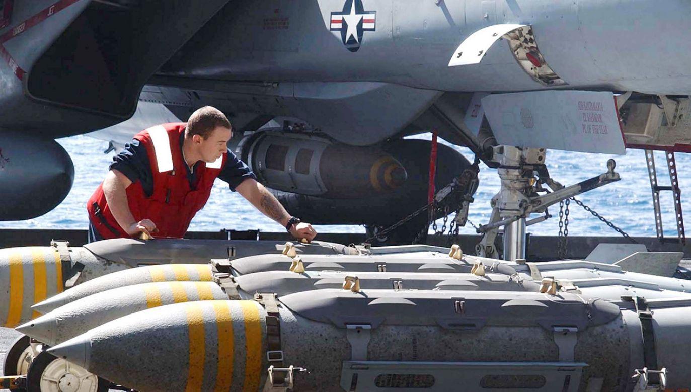 """Instalacja amunicji MK-84 do myśliwca F-14 """"Tomcat"""" (fot. REUTERS/Jim Hampshire/US Navy photo)"""