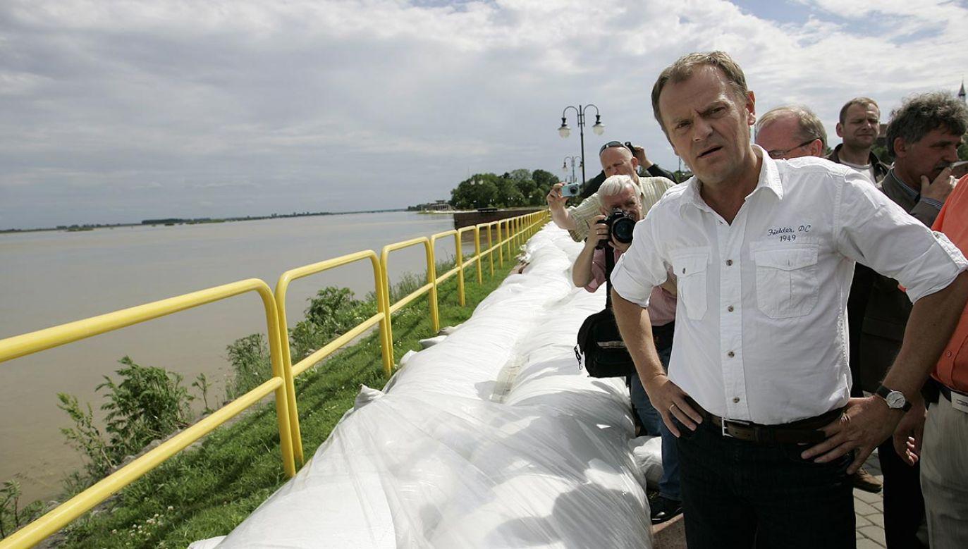 W 2010 roku mimo powodzi rząd Donalda Tuska nie chciał wprowadzić stanu klęski żywiołowej (fot. PAP/Adam Warżawa)