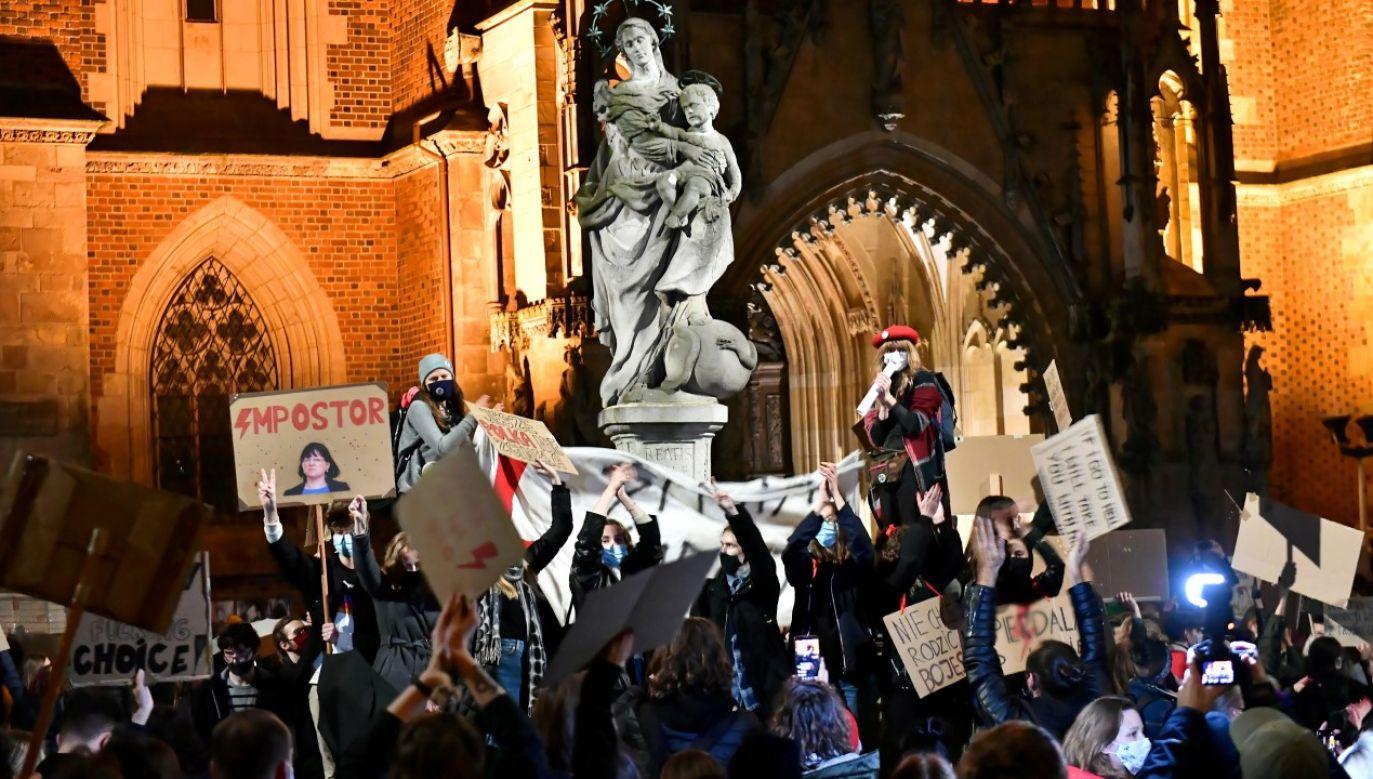 Uczestnicy protestu przeciwko wyrokowi Trybunału Konstytucyjnego, zaostrzającemu prawo aborcyjne, blokują ulice Wrocławia, 26.10.2020 (zdjęcie ilustracyjne) (fot. PAP/Maciej Kulczyński)
