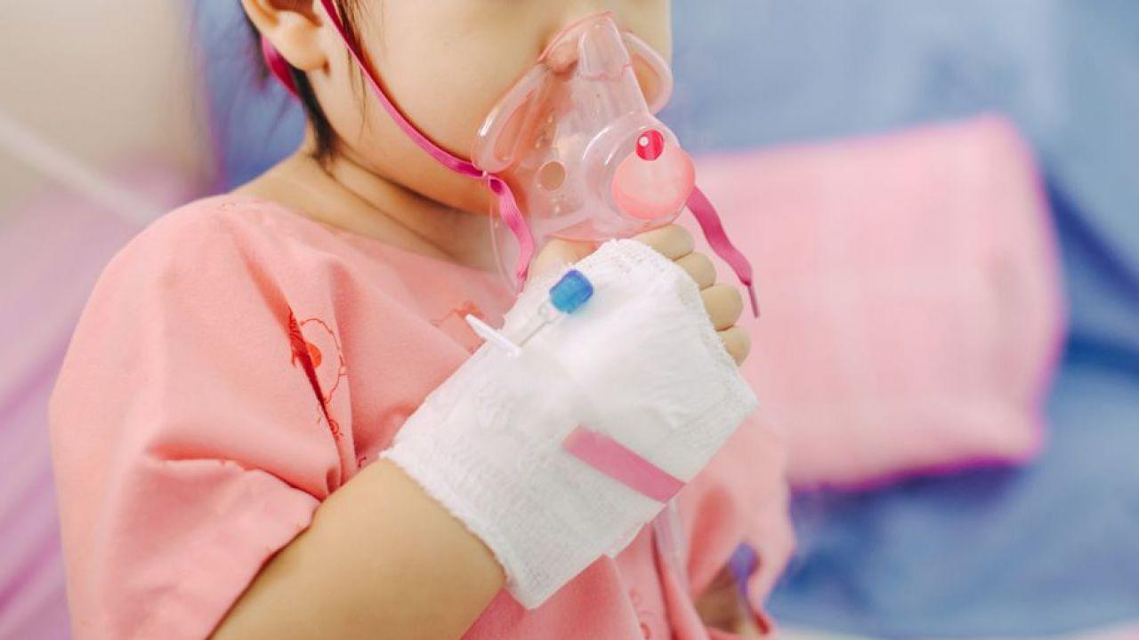 Najwięcej zachorowań na zapalenie płuc jest jesienią i zimą (fot. Shutterstock/ Natee K Jindakum)