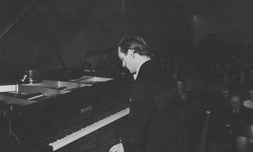 Koncert fortepianowy Witolda Małcużyńskiego w sali Konserwatorium Warszawskiego na rzecz Polskiego Białego Krzyża, 30 marca 1939 r. Fot. NAC/IKCm sygn. 1-K-6674-1